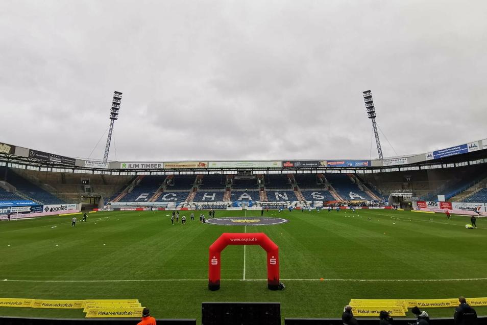 Es regnet leicht in Rostock. 14 Uhr wird die Partie zwischen Hansa Rostock und Dynamo Dresden von Schiedsrichter Manuel Gräfe angepfiffen.