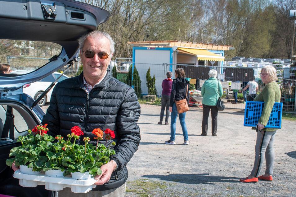 Viele Kunden haben sich seit Montag bei Blubäu an der Burgstraße mit Pflanzen und Blumenerde eingedeckt. Während die Vorschriften für Baumärkte verschärft wurden, dürfen Gärtnereien ihre Waren verkaufen.