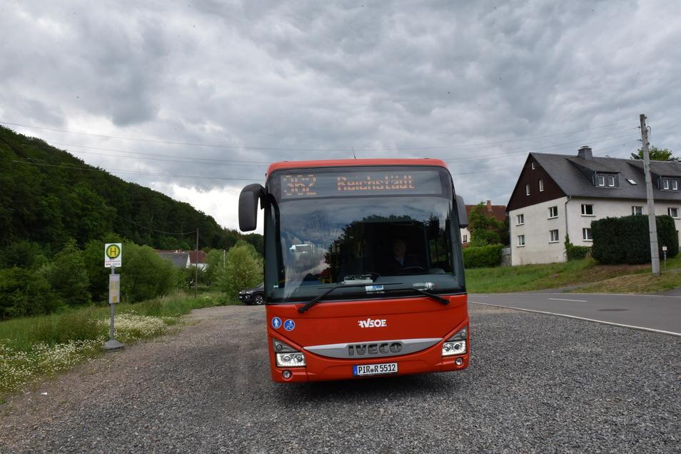 Ein Bus fuhr im vergangenen Jahr die Umleitungsstrecke, als die Hauptstraße durch Reichstädt voll gesperrt war. Ab Montag gilt wieder ein Umleitungsfahrplan.