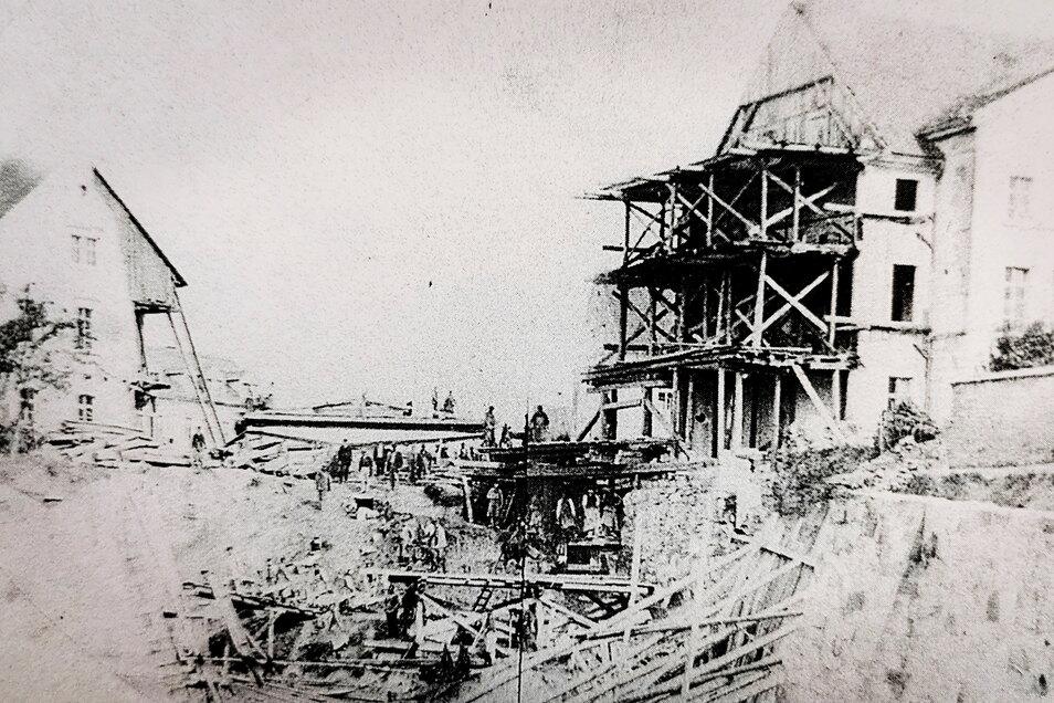 """Sehr aufwendig war der von Mai 1870 bis Juni 1871 währende Bau des Kamenzer Tunnels. Auf über 100 Meter Länge musste der Fels abgetragen werden. Der Ostgiebel des Gasthauses """"Goldner Ring"""" hielt den Erschütterungen nicht stand."""