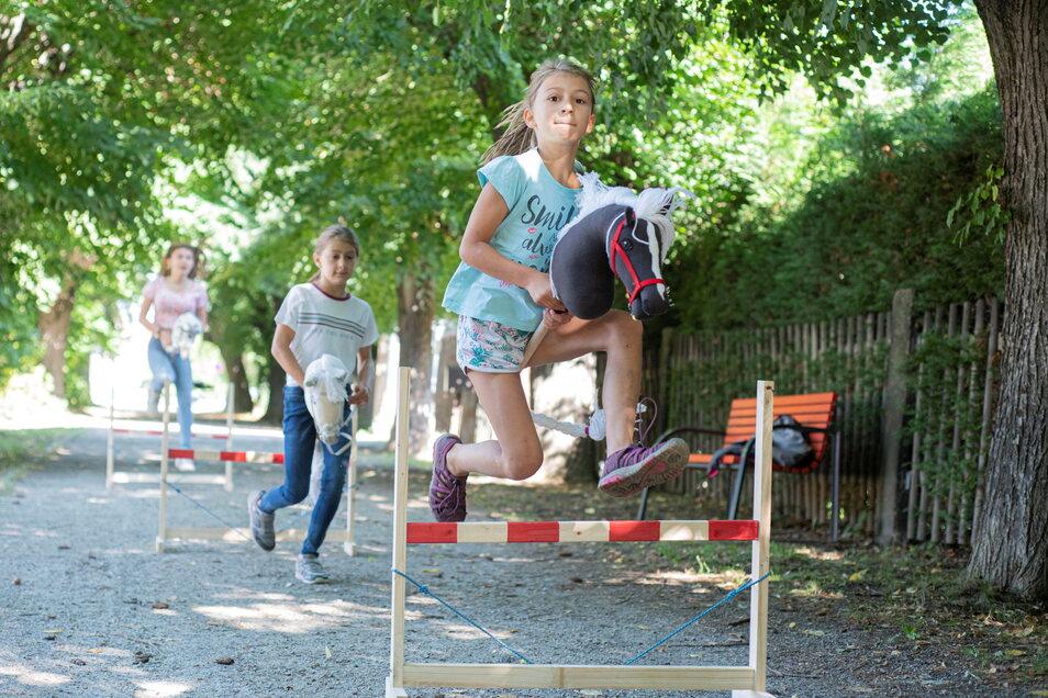 Die Trend-Sportart Hobby Horsing, also mit dem Steckenpferd Turniere und Dressur reiten, ist auch in Kamenz angekommen. Ina, Amalia und Sofia (v.r.) hoffen, noch ein paar Mitstreiter zu finden.