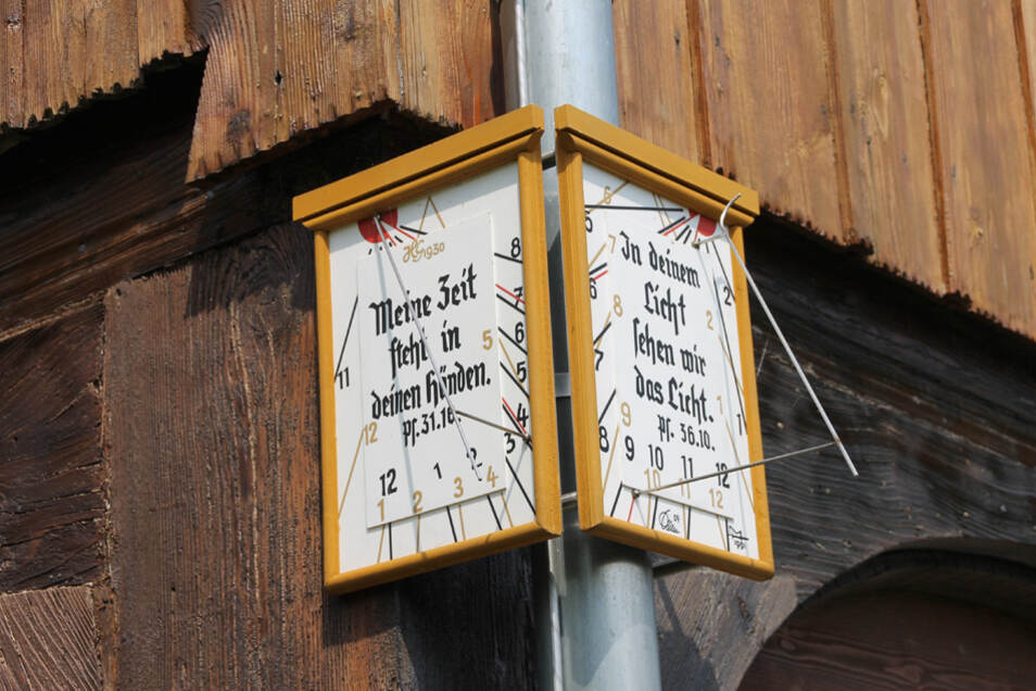 Vertikale Ecksonnenuhr an der Fassade eines Hauses am Zumpeweg in Taubenheim/Spree