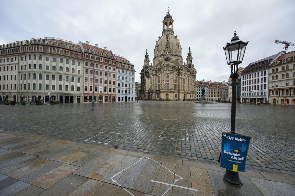 Fast menschenleer ist der Neumarkt in Dresden. Der Lockdown verhindert, dass sich auf diesem Platz wie gewöhnlich eine große Anzahl von Touristen und Bewohnern aufhält.
