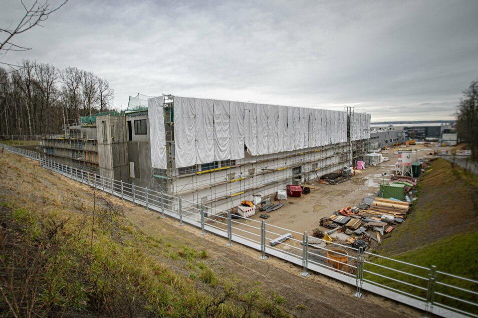 Beim Spezialfolienhersteller Southwall in Großröhrsdorf entsteht ein gewaltiger Anbau. Der ist seit dem Baustart am Jahresanfang sichtlich gewachsen. Derzeit wird die Glasfassade montiert.