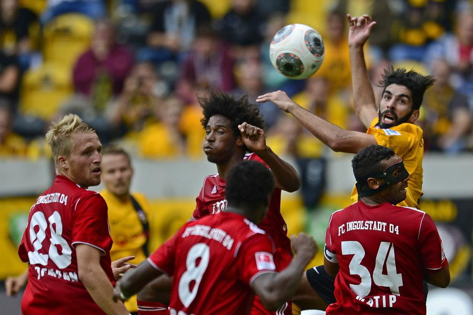 Bereits im September 2013 spielte Caiuby da Silva (M.) mit dem FC Ingolstadt in Dresden - hier im Kopfballduell mit dem damaligen Dynamo-Stürmer Amine Aoudia (l.).
