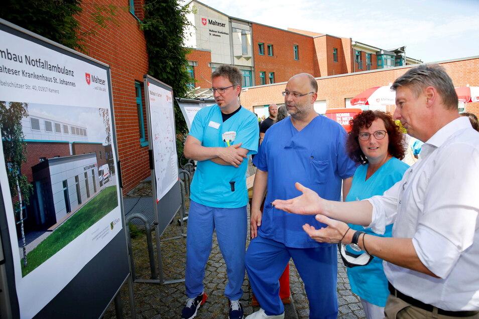 Schauen sich an, wie die neue Notaufnahme am Kamenzer Krankenhaus aussehen soll: Dr. Rüdiger Soukup, Chefarzt der Inneren Abteilung, Oberarzt Dr. Tilo Driesnack, Leiter der Notaufnahme, Stellvertreterin Annett Rietzschel sowie Planer Thomas Gröber.