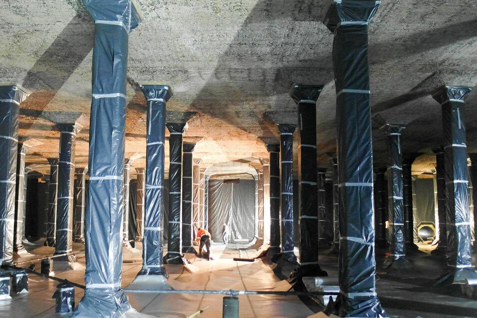 Der Hochbehälter Räcknitz wird saniert. In dieser Kammer ist jetzt die alte Betonschicht abgestrahlt. Der Boden und die Säulen haben schützender Folie erhalten, bevor die neue Deckenschicht aufgespritzt wird.
