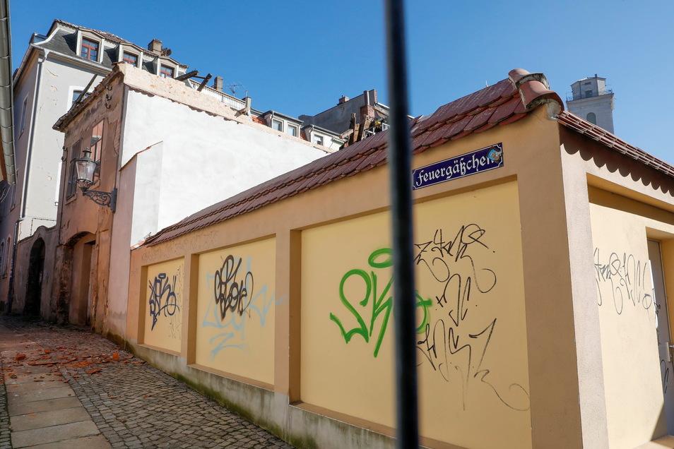 Das Feuergässchen ist wegen des eingestürzten Nebenhauses der Inneren Weberstraße 7 gesperrt.