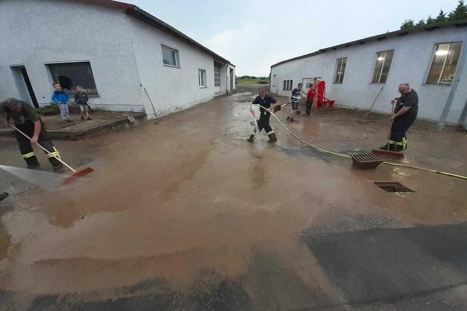 In Wallbach bei Hartha hatte es am Samstagabend nach heftigem Regen Schlamm von den Feldern auf benachbarte Grundstücke geschwemmt.