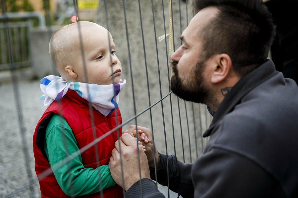 Dieser polnische Vater trifft sich das erste Mal seit Tagen mit seinem Kind am Grenzzaun in Görlitz. Er arbeitet in Deutschland und da ein Pendeln über die Grenze im Frühjahr nicht möglich ist, ist er in Deutschland geblieben - seine Familie aber lebt in Polen.