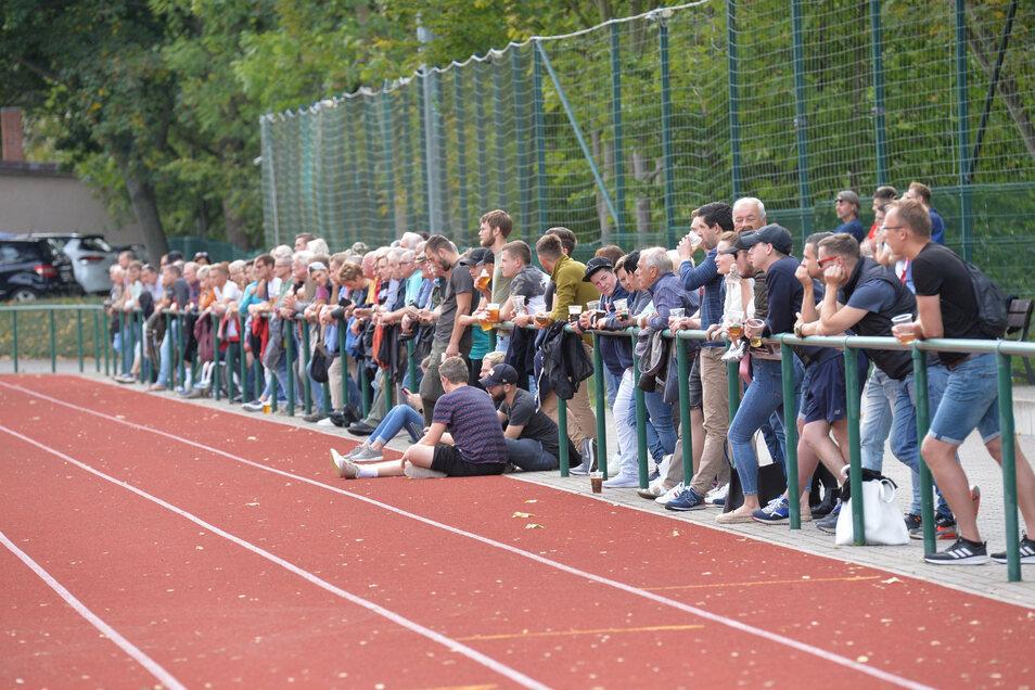 Vor Kurzem noch Normalität: Amateursport mit Zuschauern, wie hier bei den Kickern des SC Freital. Nun dürfen weder Fans noch die Spieler selbst mehr in die Stadien - nicht einmal zum Training.