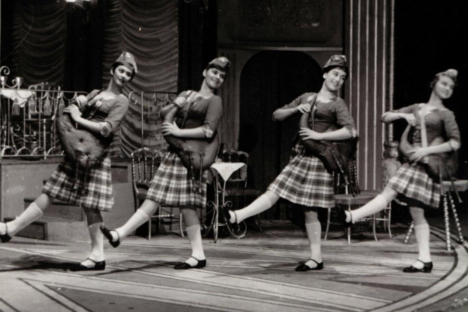 1961 tanzte Emöke Pöstenyi (ganz links) drei Monate lang an der Dresdner Staatsoperette.