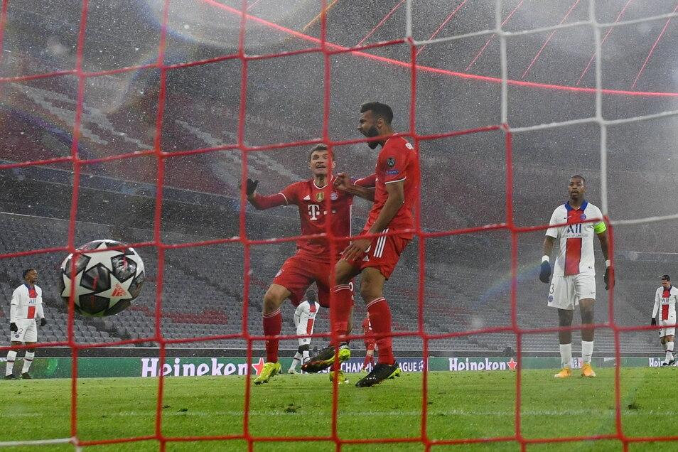 Münchens Eric Maxim Choupo-Moting (M) bejubelt sein Tor zum 1:2 mit Thomas Müller.