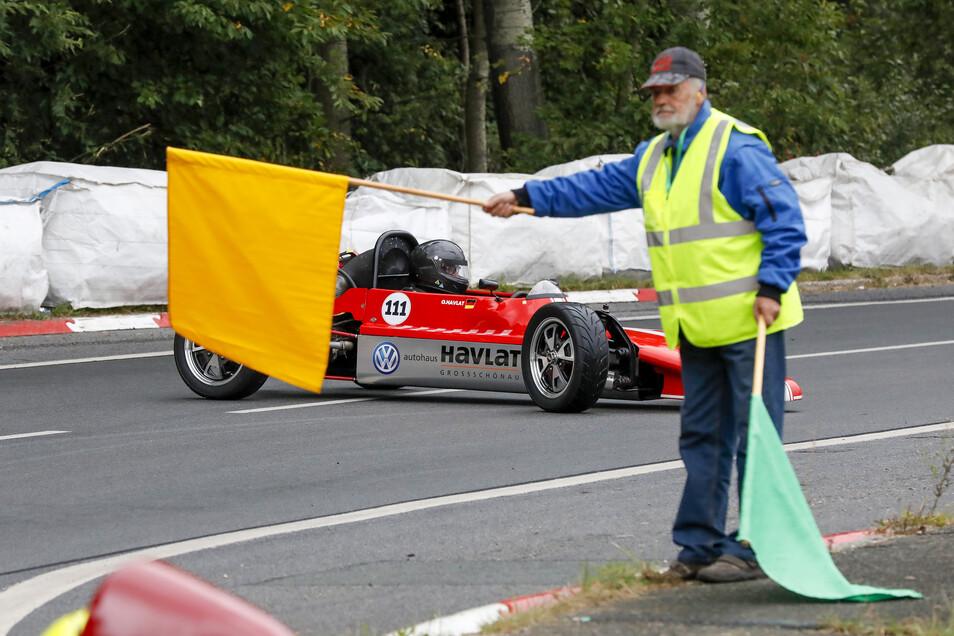 Gelbe Fahne: Nicht immer schaffen es die Fahrer, den Wagen unter Kontrolle zu halten.