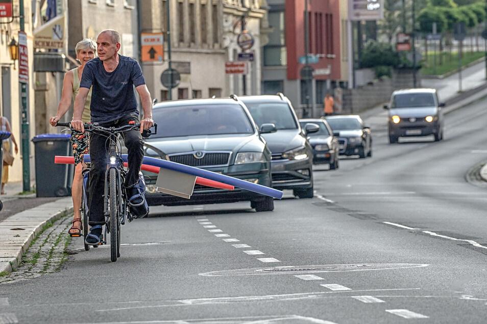 So lang wie die Poolnudel ist, so viel Abstand müssten Autos mindestens halten, wenn sie Radfahrer überholen. Oft passiert das aber nicht. Martin Ritscher vom Allgemeinen Deutschen Fahrrad-Club (ADFC) Bautzen fordert deshalb Konsequenzen.
