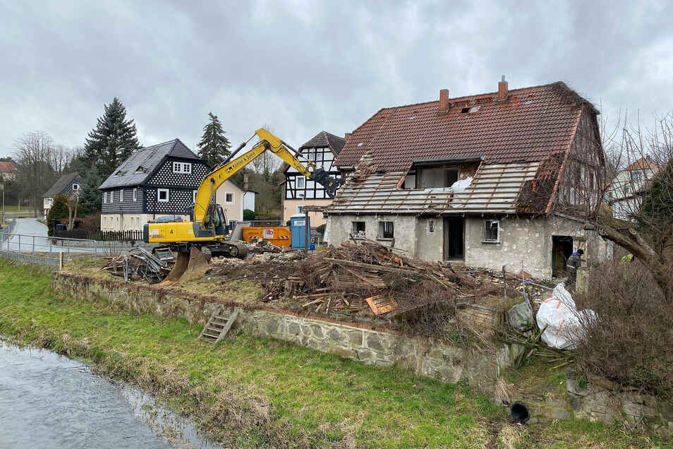 """Anfang des Jahres stand es noch, das alte Haus an der schmalen Straße """"Am Pließnitztal"""". Mit dem Abriss kann auch die Straße übersichtlicher gestaltet werden."""