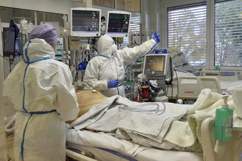 Medizinisches Personal in Schutzkleidung arbeitet auf einer Intensivstation im Regionalkrankenhaus von Zlin.
