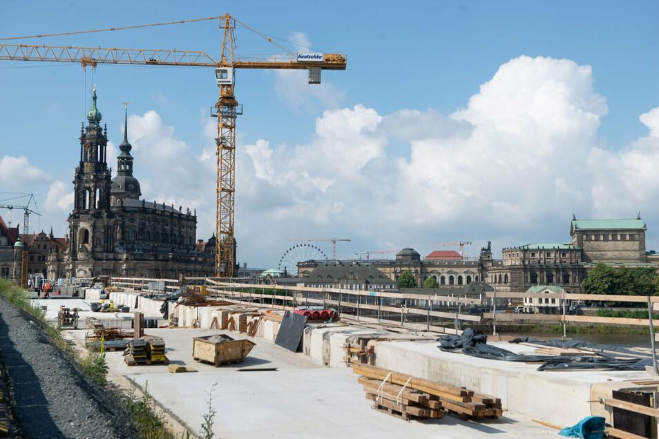 Das neue Betonband zieht sich schon über die gesamte Augustusbrücke.