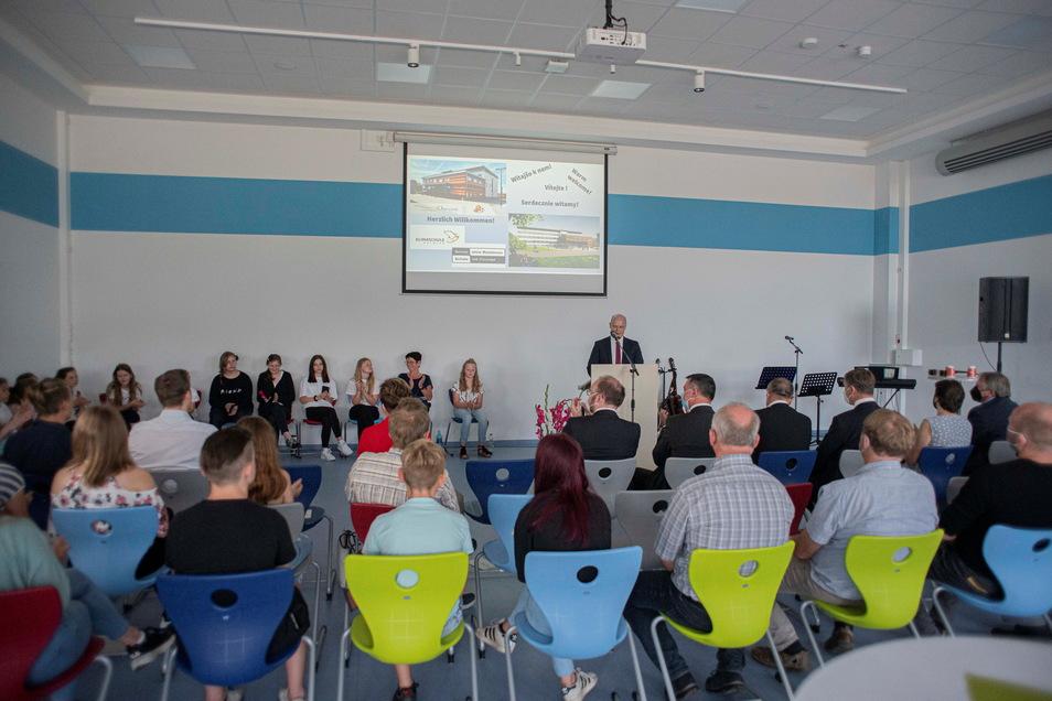 Zur Eröffnung am 15. Juli waren viele Gäste in die Aula der Schule gekommen und hörten Grußworte von Land, Landkreis und Stadt.