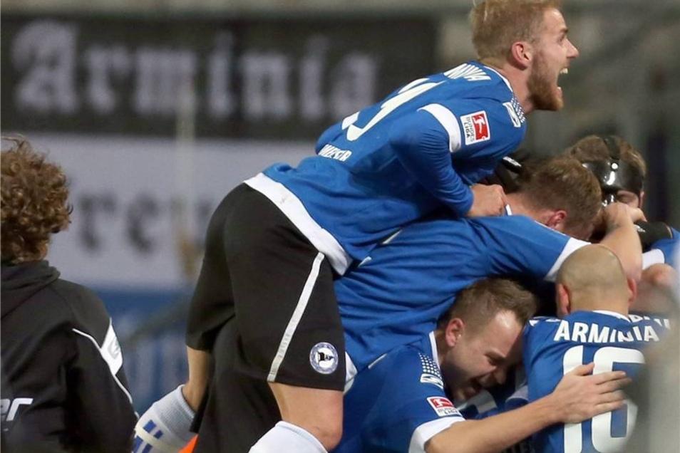 Der Bielefelder Felix Burmeister (oben) feiert den Treffer zum 1:0 durch den Torschützen Marc Lorenz (verdeckt).