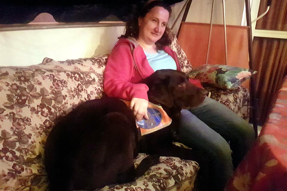 Bilder aus besseren Tagen: Anke Mädler mit ihrem Blindenführhund Bobby. Der Labrador musste operiert werden, weil ein Nagel seine Magenwand durchbohrt hat.