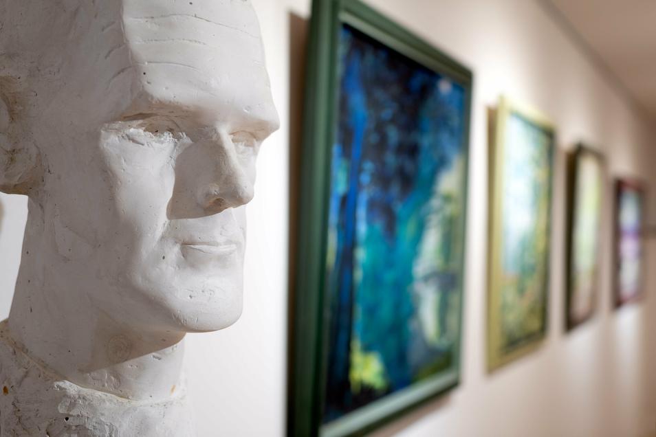 Blick in die Carl-Lohse-Galerie Bischofswerda. Die Plastik links, ein Werk Carl Lohses, zeigt den Künstler.