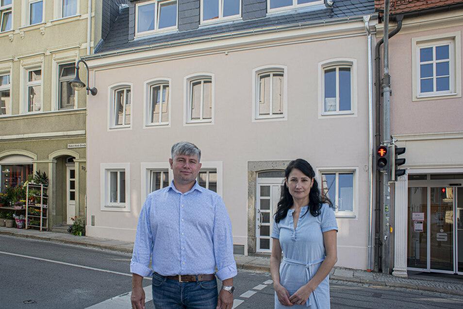 Sergey Sokolovskiy und Elena Witt von der Firma Soko Bau aus Dresden haben schon einige Gebäude in Pulsnitz vor dem Abriss gerettet - zuletzt dieses Haus am Markt .