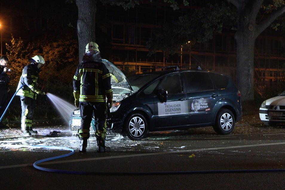 Die Leipziger Feuerwehr hat in der Nacht zum Sonntag das Auto eines Linken-Direktkandidaten gelöscht. Bei dem Feuer wird von Brandstiftung ausgegangen.