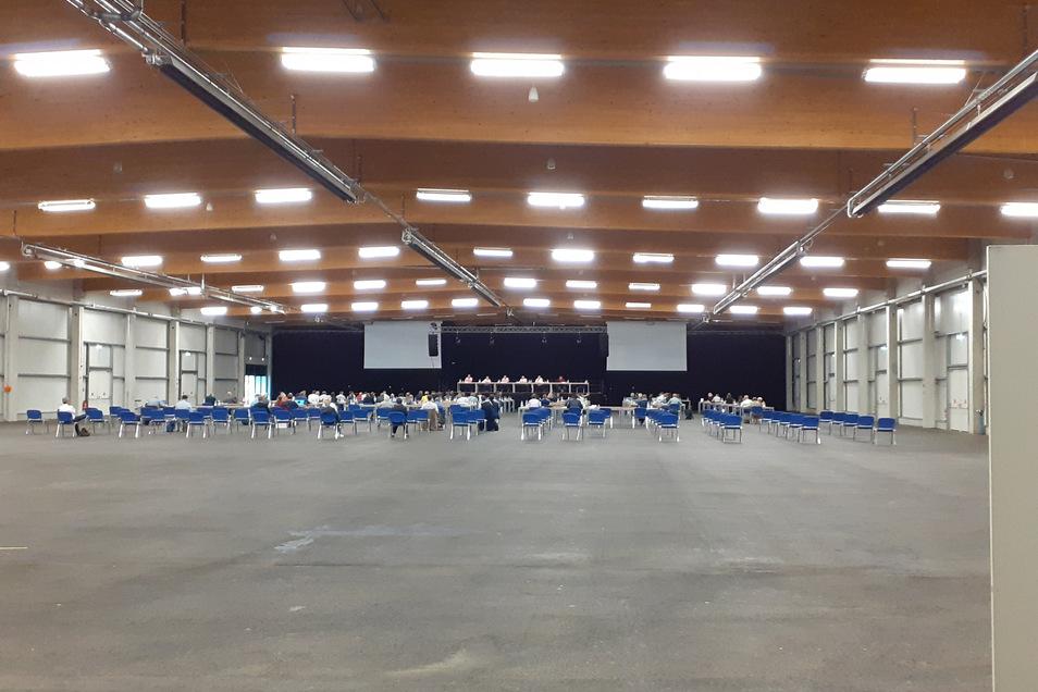 Die große Leere, hygienetechnisch einwandfrei: So sieht er aus, der Kreistag in der Messehalle Löbau.