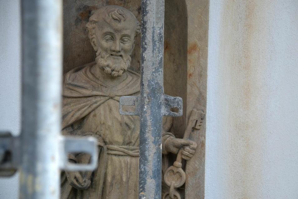 Der heilige Petrus hinterm Bauzaun.