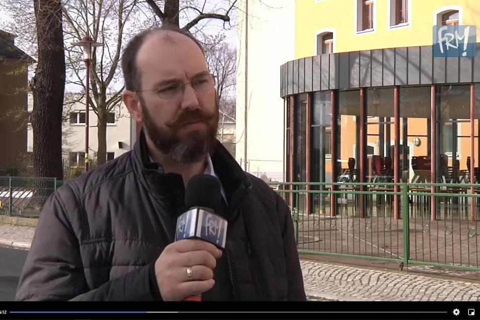 Martin Rülke, Fraktionsvorsitzender von Freitals Konservativer Mitte im Stadtrat, erklärt bei FRM TV medienwirksam vor der Lessinggrundschule in Potschappel seinen Vorstoß gegen die Testpflicht an Grundschulen.
