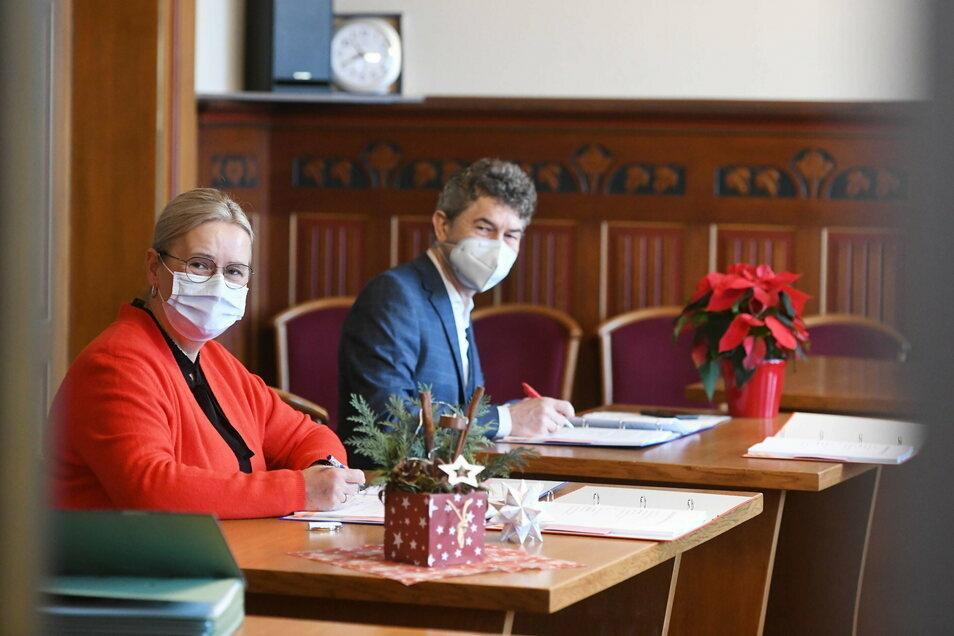 Die Ostritzer Bürgermeisterin Marion Prange und Matthias Block bei der Vertragsunterzeichnung im Ostritzer Rathaus.