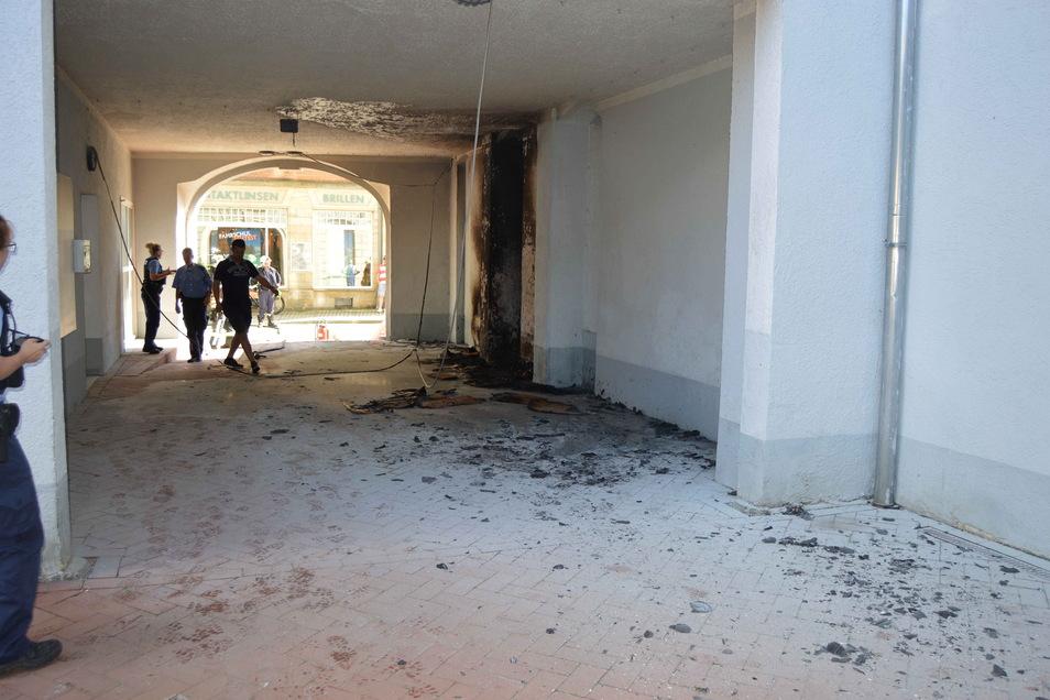 Durchgang am Sebnitz-Center: Die Flammen loderten bis zur Decke. Die Kriminalpolizei ermittelt wegen schwerer Brandstiftung.