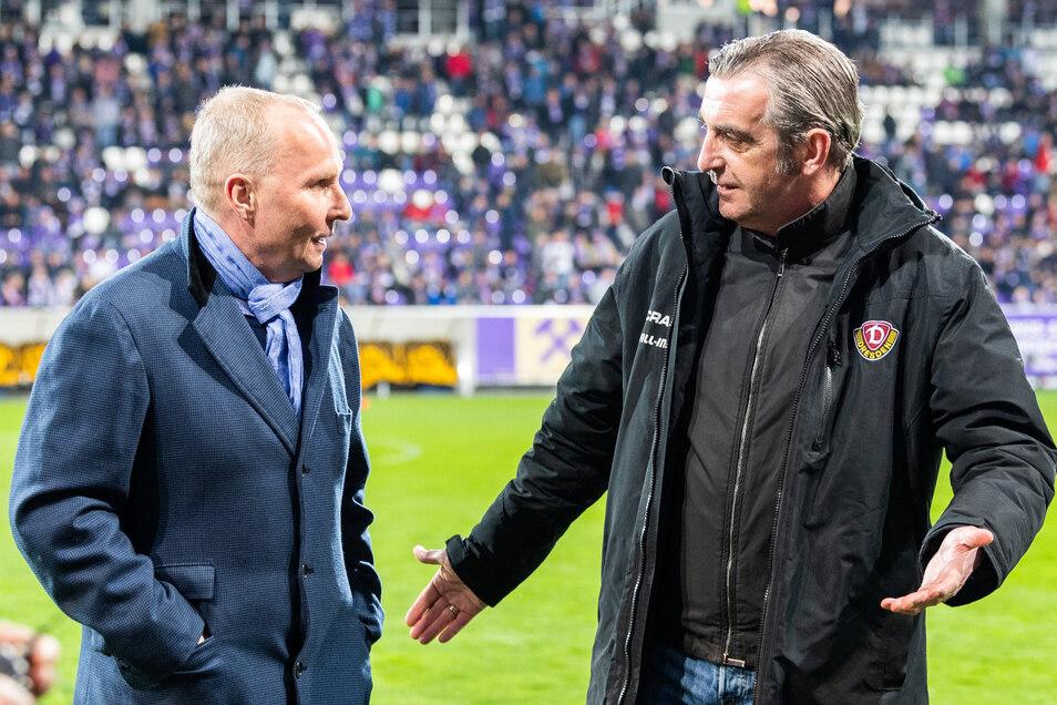 Aue-Präsident Helge Leonhardt und Dynamos Sportgeschäftsführer Ralf Minge vor dem Spiel im Gespräch.