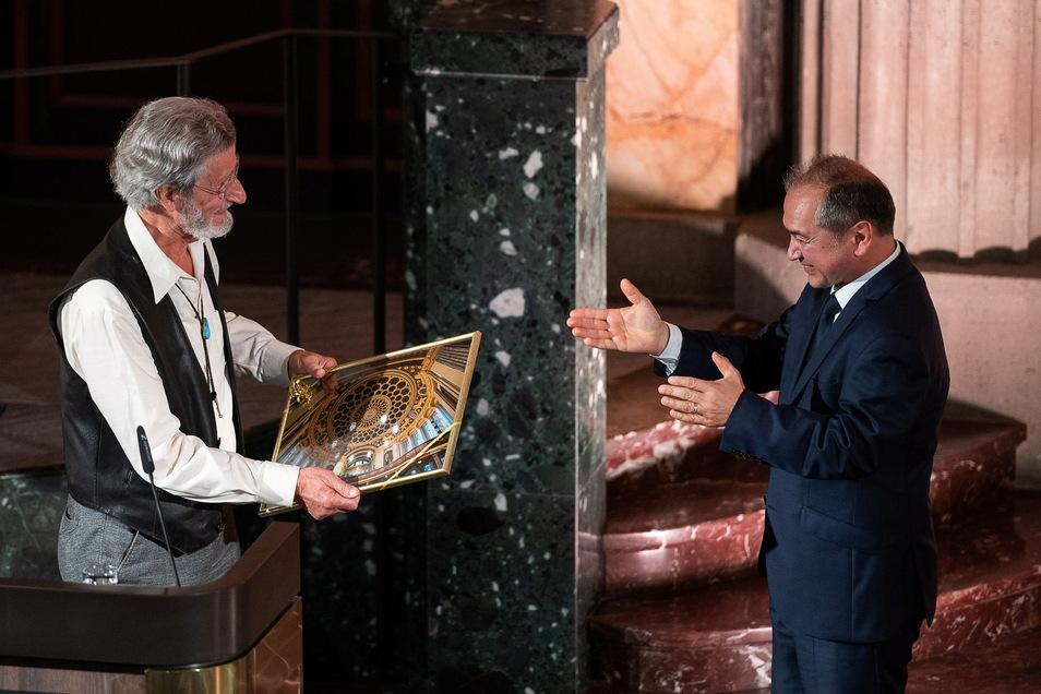 Der gebürtige Görlitzer Friedrich Seibt schenkte dem Kulturforum seinen Steinway-Flügel und bekam dafür ein Andenken vom Görlitzer OB Octavian Ursu.