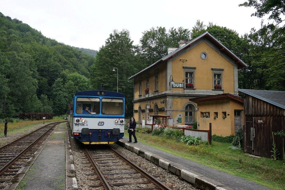 Ein Triebwagen der Eisenbahn Most-Moldava im Spitzkehrenbahnhof Dubí.