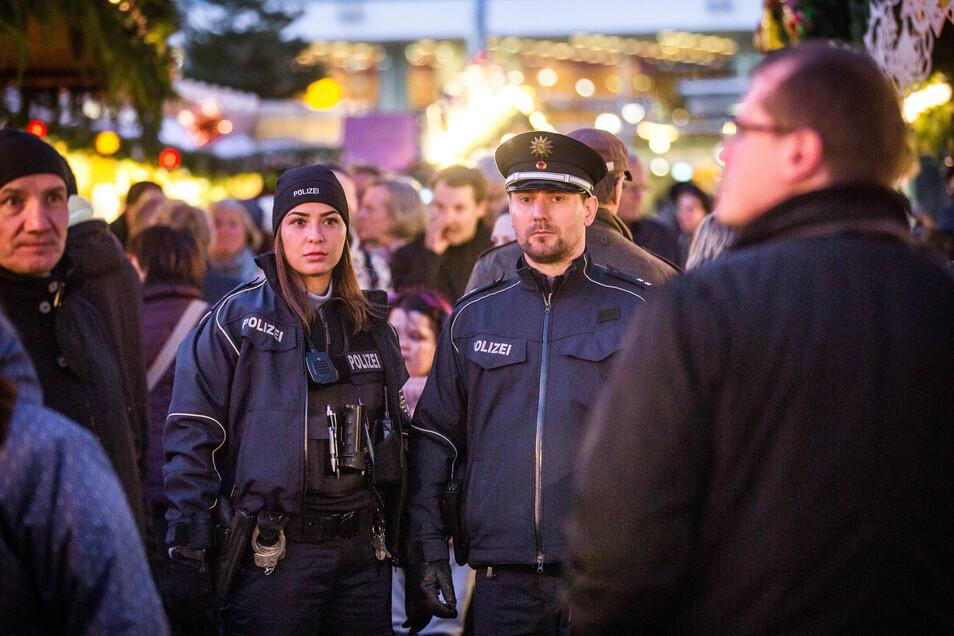 Polizeiobermeisterin Julia Keil und Polizeioberkommissar André Bolz sind eine der Streifen auf dem Striezelmarkt.