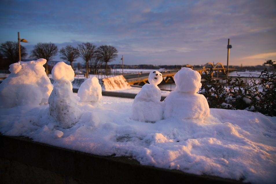 Auch am Elbufer haben Kinder eifrig Schneemänner gebaut.