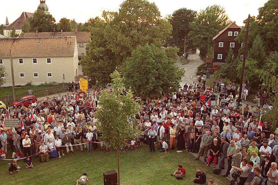 An den Protesten gegen die Schließung der Crostwitzer Mittelschule beteiligten sich sehr viele Menschen. Allein zur Auftaktveranstaltung am Vorabend des neuen Schuljahres im August 2001 kamen etwa 1.200 Menschen.