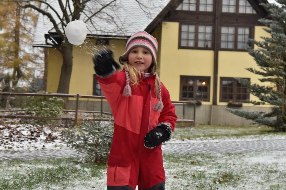Die vierjährige Lina aus Altenberg fand am Freitagnachmittag genügend Schnee für einen Schneeball.