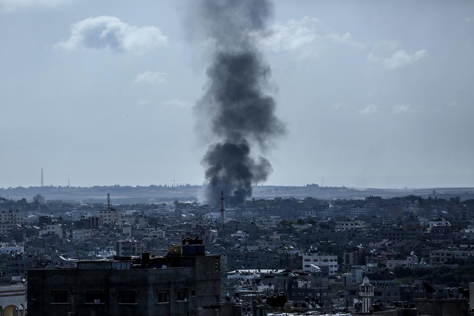 Feuer und Rauch steigen über einer Schwammfabrik im nördlichen Gazastreifen auf, nachdem sie von israelischen Artilleriegranaten getroffen wurde.