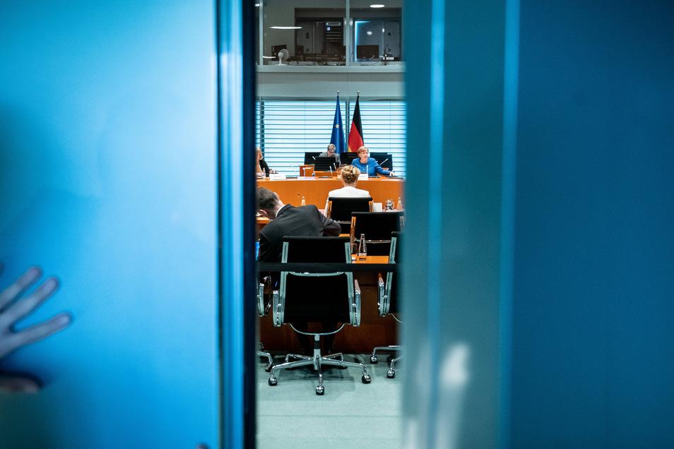 Bund und Länder beschließen beinahe täglich neue Krisenmaßnahmen. Heute sollen Schutzschirme unter anderem für Unternehmen und Beschäftigte folgen. Im Schnellverfahren.