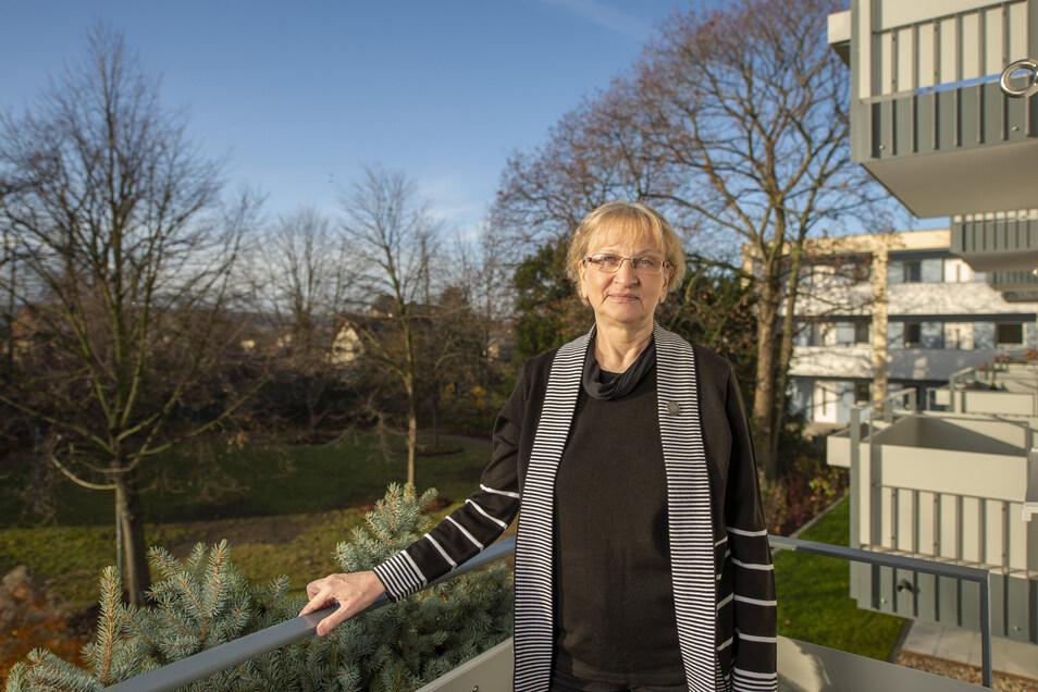 Von ihrem Balkon schaut Roswitha Klatte ins Grüne. Vor zehn Wochen ist sie in die neue Wohnanlage an der Heinrich-Zille-Straße gezogen und fühlt sich schon richtig wohl.