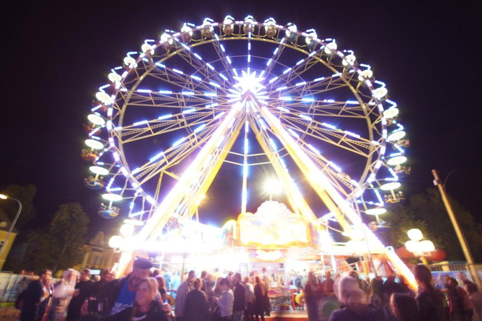 Das Riesenrad auf dem Widmann-Gelände lockt bei Nacht viele Besucher an.