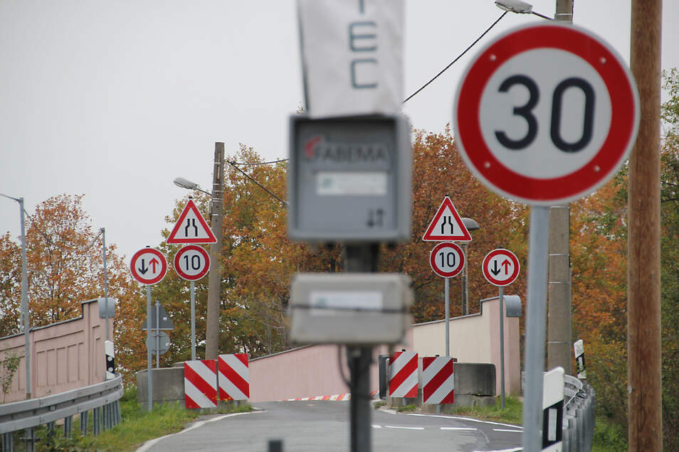 Die Ampelanlage (abgedeckt im Vordergrund) an der Bahnbrücke in Straßgräbchen ist vorläufig nicht in Betrieb. Das soll auch möglichst so bleiben, wünschen sich die Straßgräbchener und auch die Stadtverwaltung Bernsdorf.