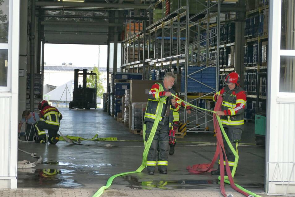 Infolge des Schwelbrandes wurde die Halle der Firma Kolltec an der Ringstraße verraucht. Dadurch wurde die Brandmeldeanlage ausgelöst.