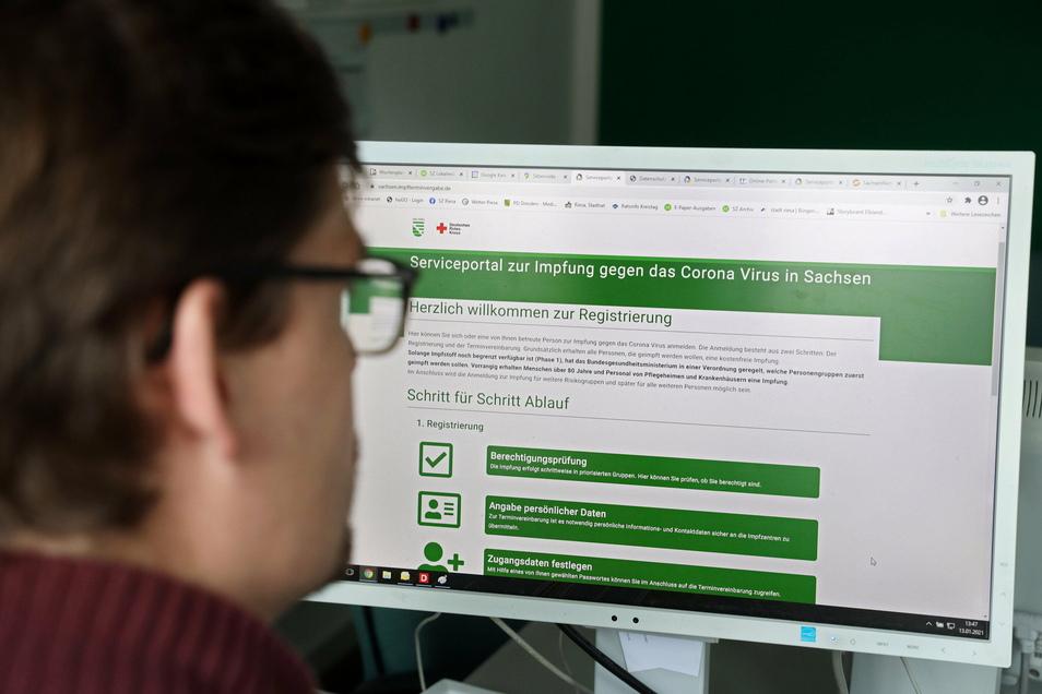 Auf geht es: SZ-Redakteur Christoph Scharf versucht, für einen 89-jährigen Riesaer über das neue Online-Angebot des Freistaats einen Corona-Impftermin zu finden.