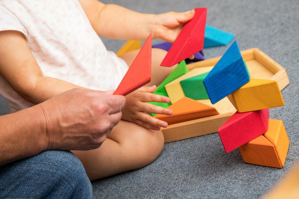 In Sachsen müssen deutlich mehr Kinder und Jugendliche befristet oder dauerhaft in einer Pflegefamilie unter gebracht werden als in der Vergangenheit.