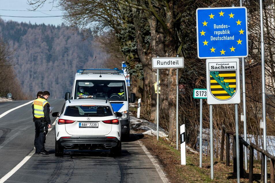 Deutsche Polizeibeamte kontrollieren bei der Einreise ein Fahrzeug am tschechisch-deutschen Grenzübergang Petrovice/Bahratal im Erzgebirge.
