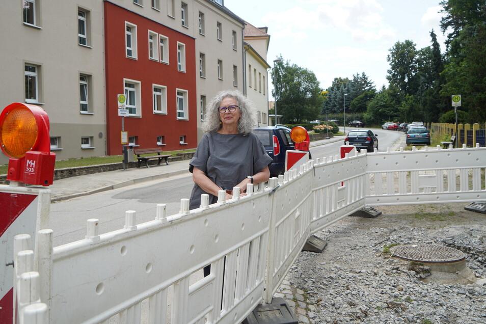 Wo Ursula Fleischer, Geschäftsführerin des Pflegeheims Bautzen-Seidau, am Dienstag steht, stand am Wochenende das Wasser. Sie fordert, dass dass die Stadt sich nun schnell um den Hochwasserschutz für den Stadtteil kümmert.